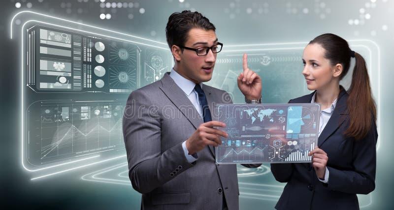 Het paar van zakenman en onderneemster die gegevens bespreken royalty-vrije stock foto's