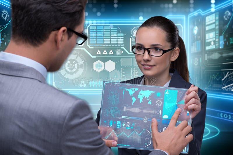 Het paar van zakenman en onderneemster die gegevens bespreken royalty-vrije stock afbeelding