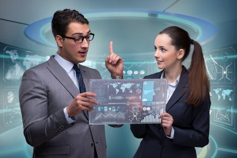 Het paar van zakenman en onderneemster die gegevens bespreken royalty-vrije stock fotografie