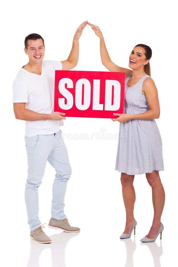 Het paar verkocht tekenhuis stock foto