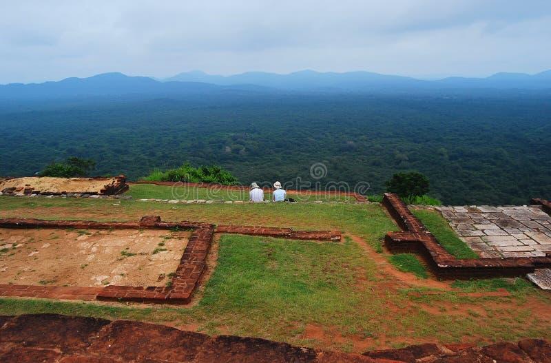 Het paar zit op het hogere paleis Sigiriya, Sri Lanka royalty-vrije stock afbeelding