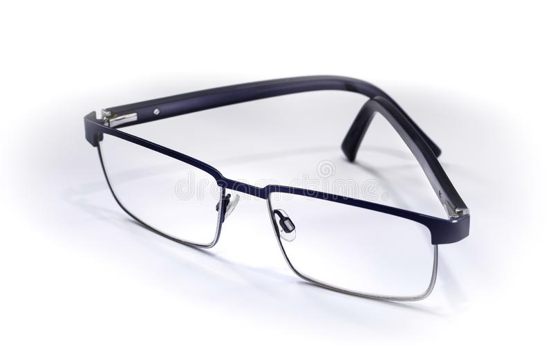 Het paar zwarte dunne omrande bril die sloot half bij lichte hoek op witte achtergrond rusten stock foto