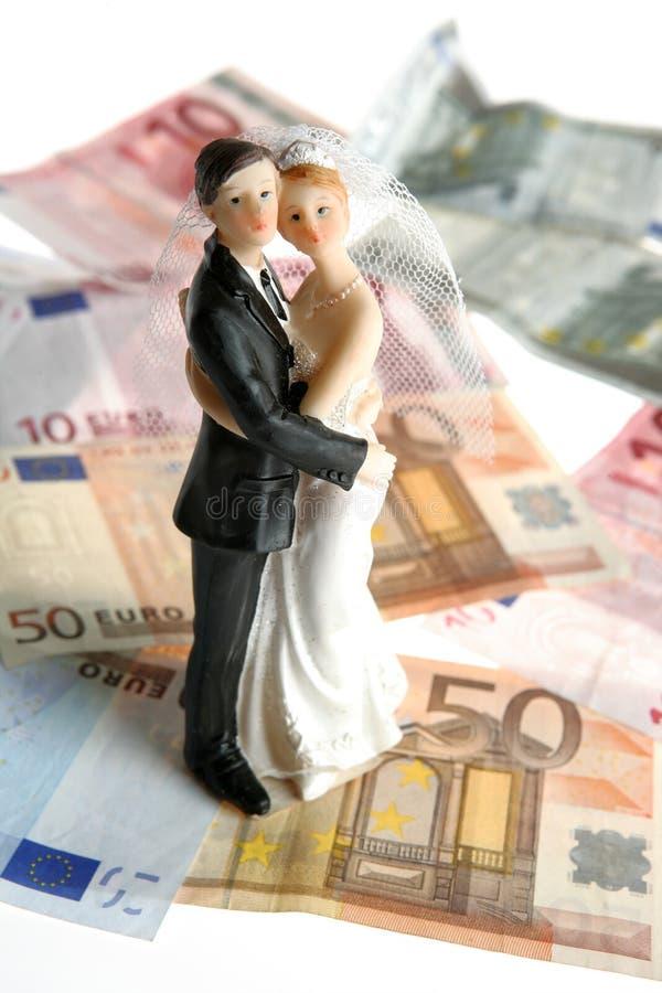 Het paarbeeldje van het huwelijk over euro nota's stock foto