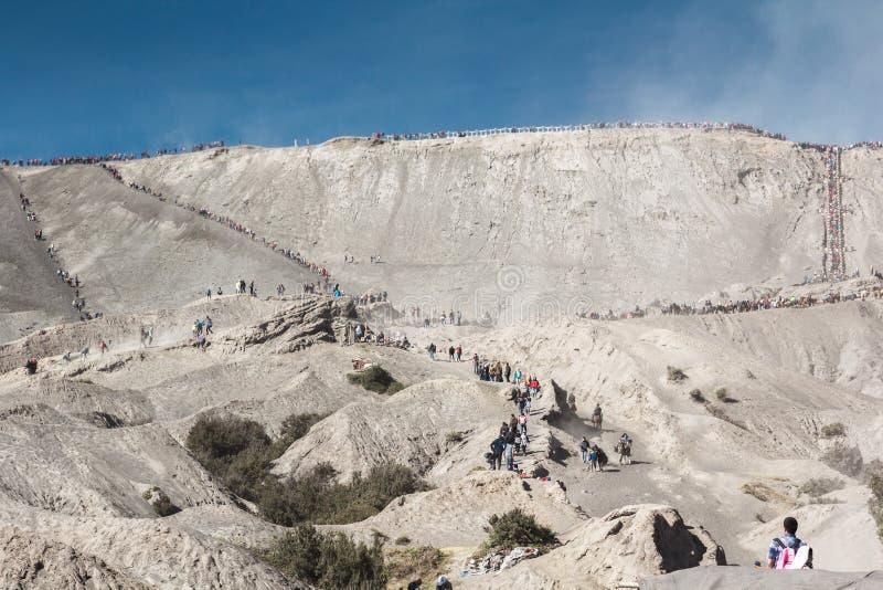 Het paard van de toeristenrit en het lopen om krater van Onderstel Bromo te zien royalty-vrije stock foto's