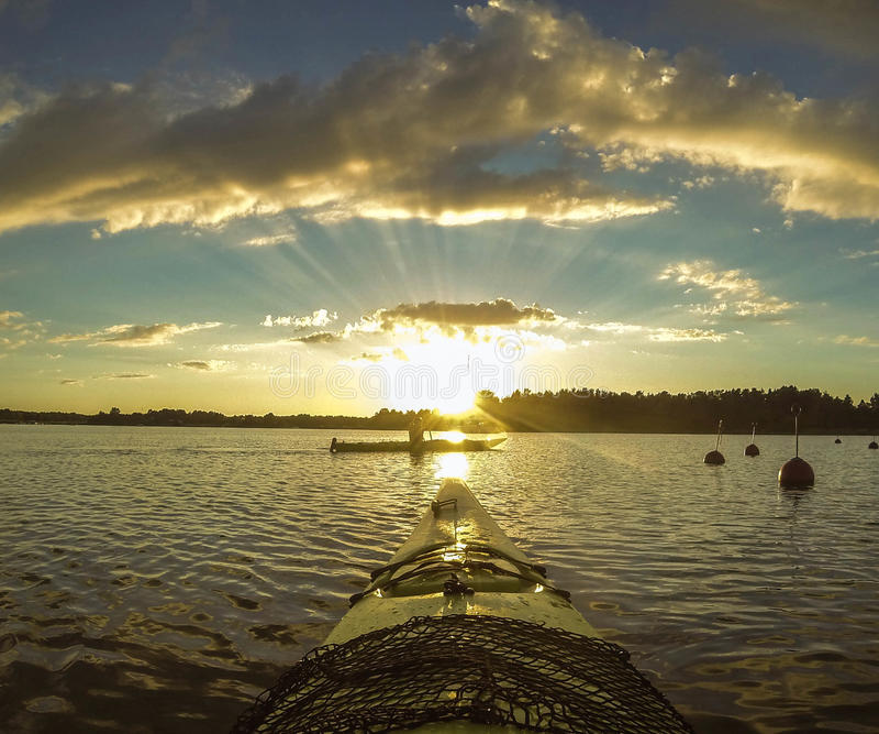 Het paddelen in de zonsondergang Zweden royalty-vrije stock afbeelding
