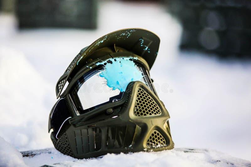 Het Paintballmasker ligt op de sneeuw royalty-vrije stock fotografie