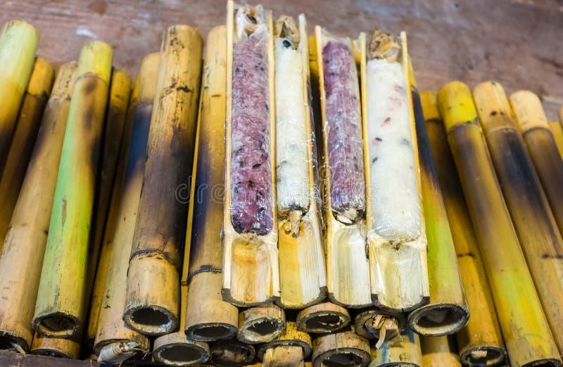 Het pakhuis brandde glutineuze die rijst in bamboeverbindingen wordt geroosterd thailand stock afbeeldingen