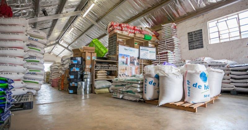 Het pakhuisbinnenland van de dierenvoerleverancier royalty-vrije stock foto's