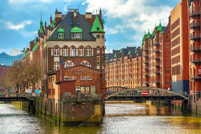 Het Pakhuisdistrict Speicherstadt tijdens de lente in Hamburg, Duitsland Pakhuizen in Hafencity-kwart in Hamburg stock afbeeldingen