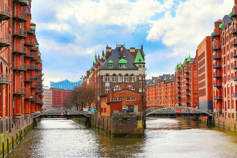 Het Pakhuisdistrict Speicherstadt tijdens de lente in Hamburg, Duitsland Pakhuizen in Hafencity-kwart in Hamburg royalty-vrije stock fotografie