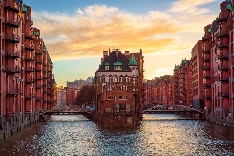 Het Pakhuisdistrict Speicherstadt tijdens zonsondergang in Hamburg, Duitsland Oude pakhuizen in Hafencity-kwart in Hamburg royalty-vrije stock foto's
