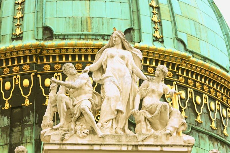 Het paleis-dak van het Hofburgpaleis keizerstandbeeld in het centrum van Vien stock afbeelding