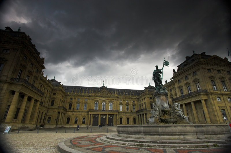 Het paleis en de wolken van Wurzburg stock afbeeldingen