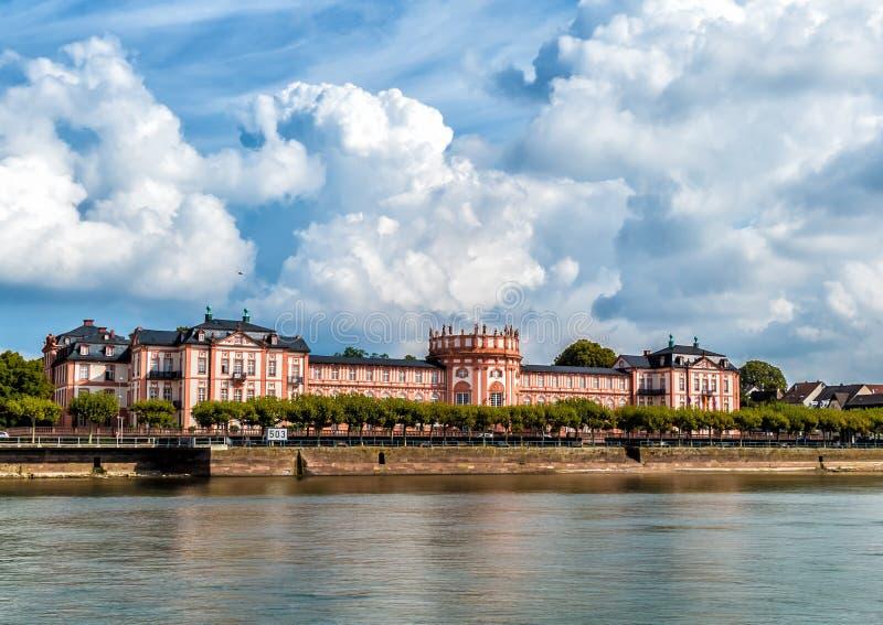 Het paleis van 'Biebrich ', gehele mening van de Rijn-rivier, Wiesbaden, Duitsland royalty-vrije stock afbeelding