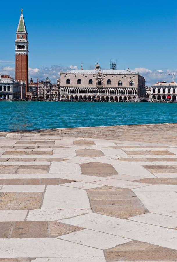 Het Paleis van de doge en Campanile Toren in Venetië stock foto's