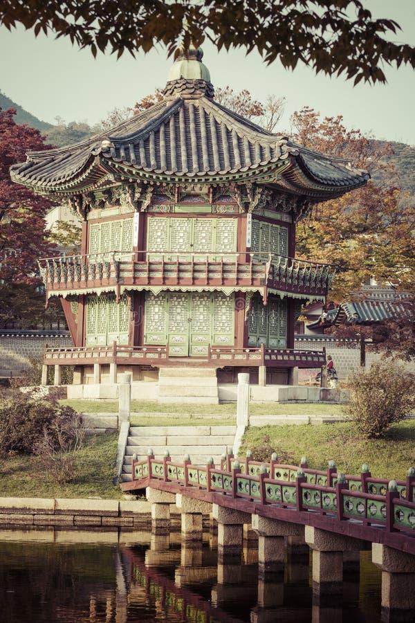 Het paleis van de keizer in Seoel SEOEL - JULI 30: Het veranderen van wachten van de vriend van de koning Meer Berg bezinning stock afbeeldingen