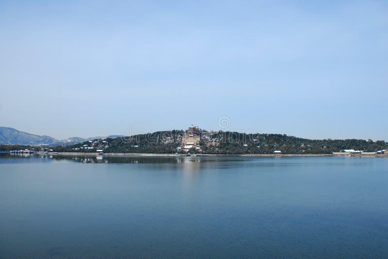 Het paleis van de zomer na sneeuw royalty-vrije stock foto