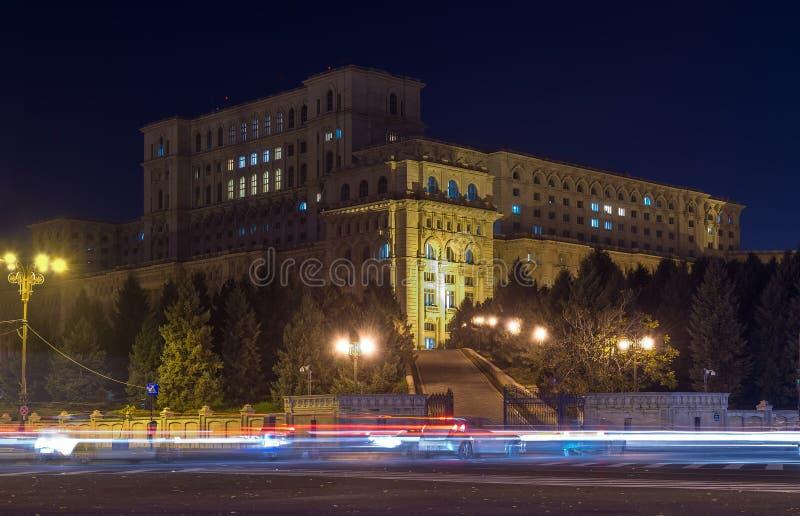 Het Paleis van het het Parlement of van Mensen Huis tijdens nacht stock foto