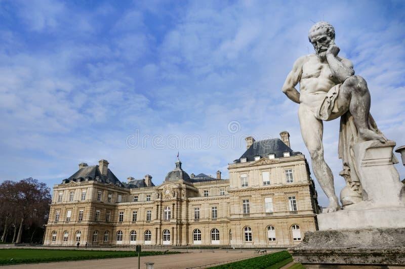 Het Paleis van Luxemburg met aanbiddelijk standbeeld en blauwe hemel, Parijs Frankrijk stock foto's
