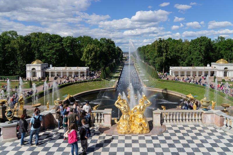 Het Paleis van Rusland Peterhof in de zomertijd van St. Petersburg royalty-vrije stock afbeeldingen