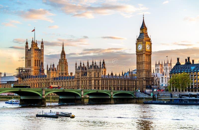 Het Paleis van Westminster in Londen in de avond stock afbeeldingen