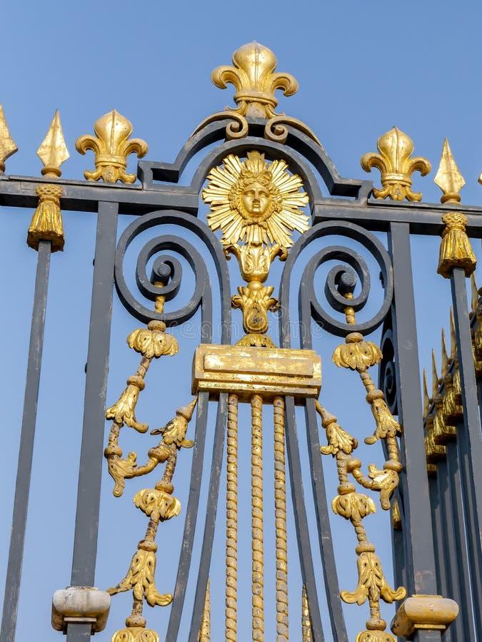 Het Paleis vooromheining van Versailles stock afbeeldingen