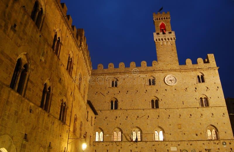Het paleisvoorzijde van Priori in Volterra, Toscanië stock fotografie