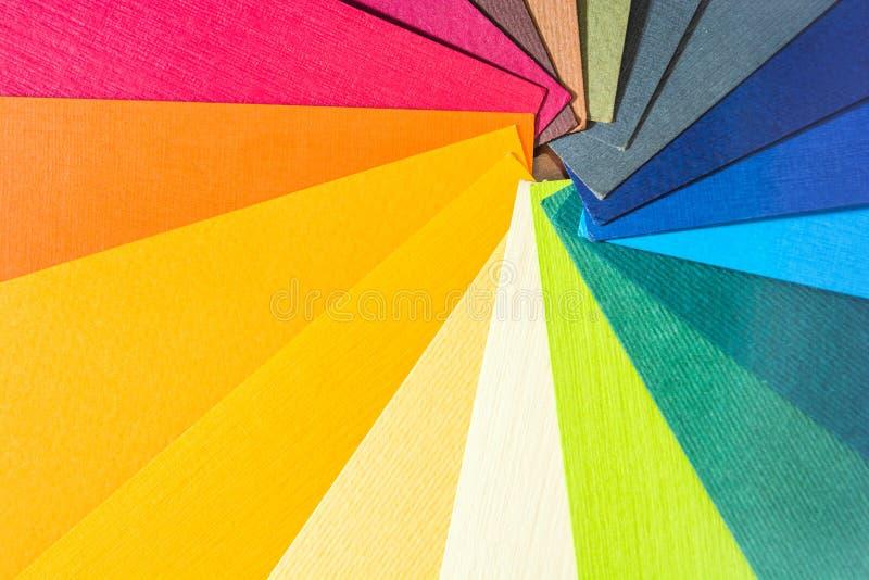 Het paletgids van de kleur De gekleurde geweven document catalogus van het steekproevenmonster Heldere en sappige regenboogkleure stock foto's