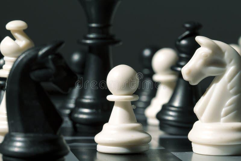 Het pand van het schaakcijfer op de raad Wit pand in zwarte cijfers aangaande schaakbord stock foto