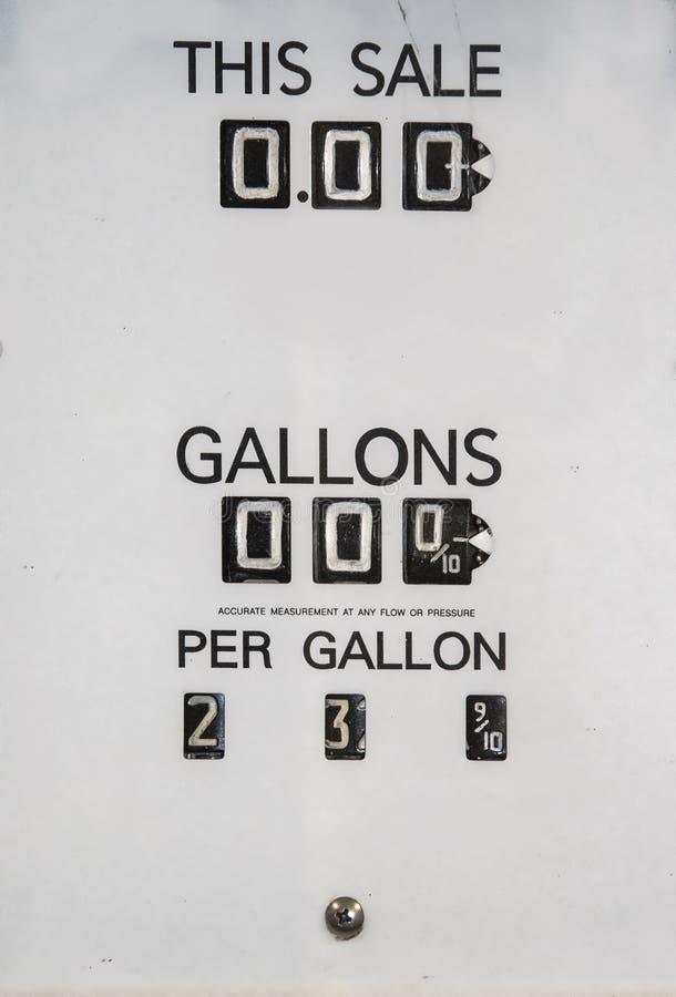 Het paneel van de prijsverandering van antieke benzinepomp die veranderende prijs per gallon en totaal prijs-meestal zwart-wit me royalty-vrije stock fotografie