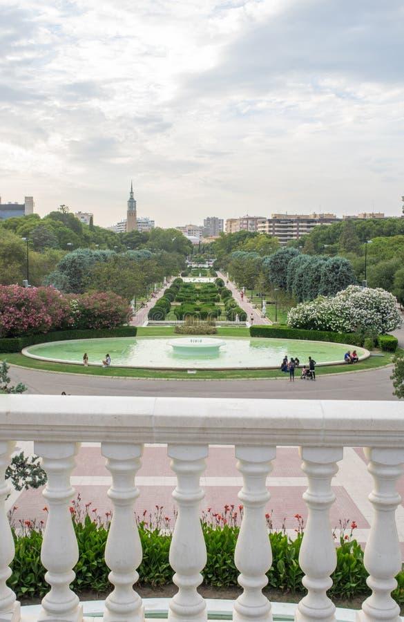 Het panorama op de weg van San Sebastian en de fonteinen in Parque Grande stock afbeelding
