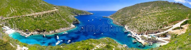Het panorama op verbazende baai, boten en schepen met zwemmende mensen in Ionisch Overzees blauw water dichtbij aan Blauw holt ui royalty-vrije stock fotografie