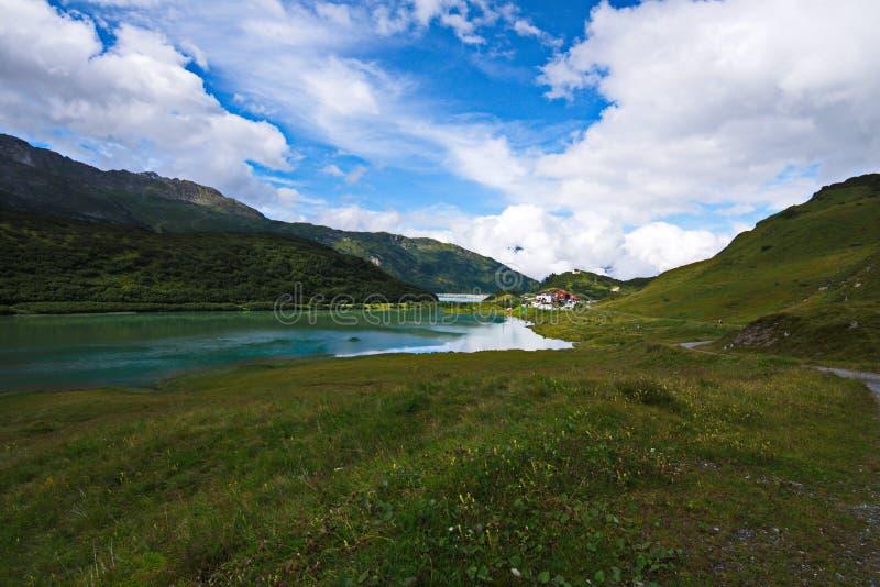 Het panorama van alpen in Oostenrijk met alpien meer royalty-vrije stock foto