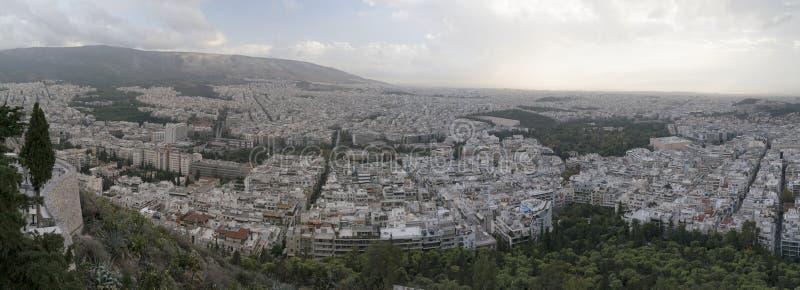 Het panorama van Athene na zonsondergang wordt genomen uit het Onderstel Lycabettus royalty-vrije stock foto