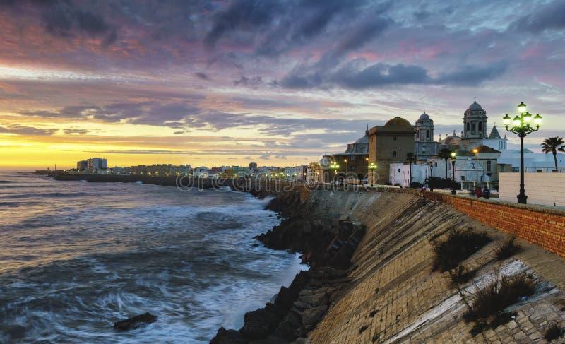 Het Panorama van Cadiz met Dramatische Hemel Spanje stock fotografie
