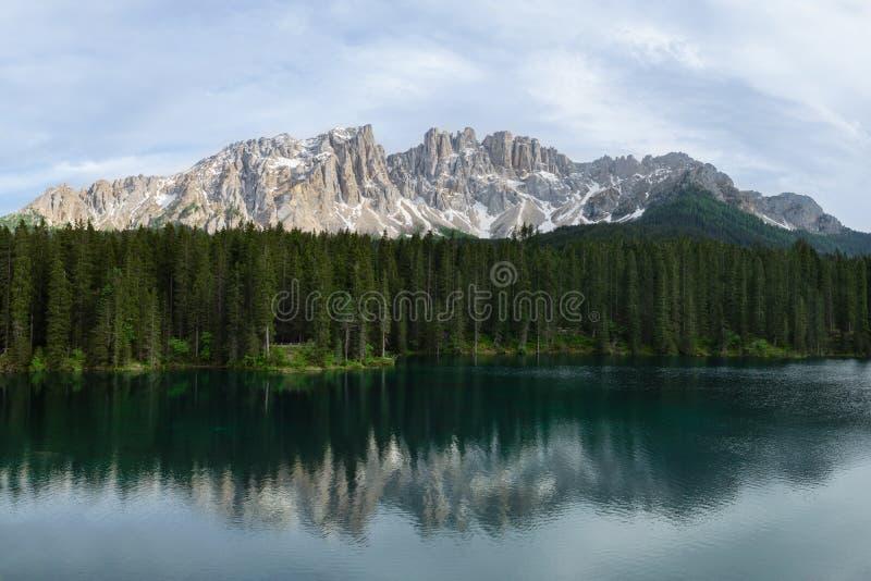 Het panorama van Carezza-Meer met het nadenken in het water zet Latemar, Italië op royalty-vrije stock fotografie
