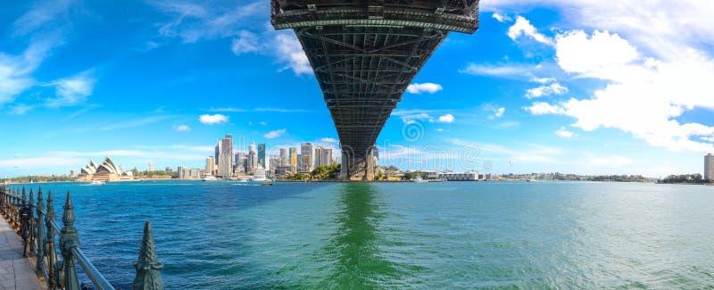 Het panorama van cityscape van Sydney toont `-Operahuis ` en de mening onder de havenbrug, werd het beeld genomen uit de het Noor royalty-vrije stock foto