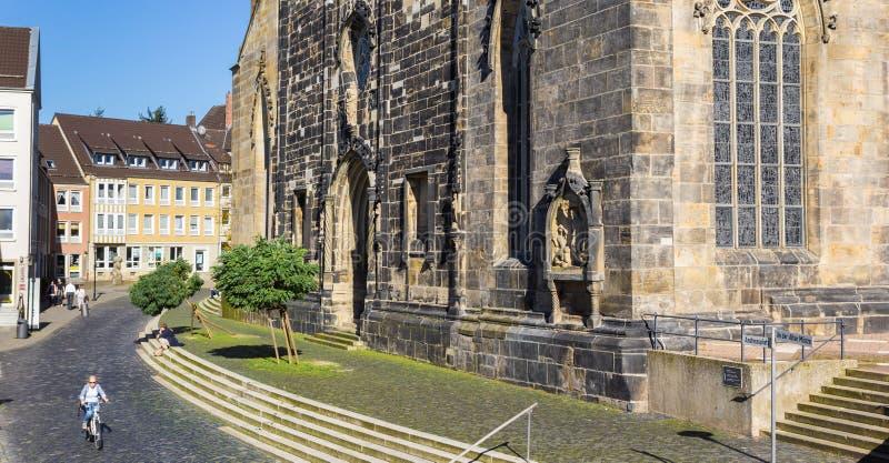Het panorama van a cobblestoned straat bij de St Andreas kerk van H stock foto's