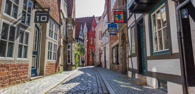 Het panorama van a cobblestoned straat in het Schnoor-district van Bre stock fotografie