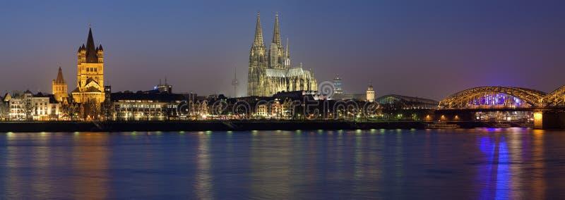 Het panorama van de avond van Keulen, Duitsland royalty-vrije stock fotografie
