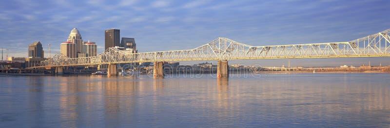 Het panorama van de de Rivier van Ohio en horizon van Louisville, KY schoot van Indiana royalty-vrije stock foto