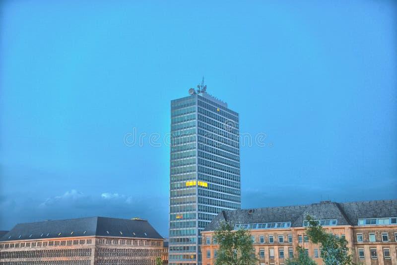 Het panorama van de de stadshorizon van Dusseldorf bij zonsondergang van hierboven stock foto's