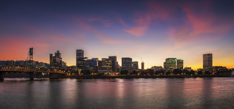 Het panorama van de de stadshorizon van Portland, Oregon met Hawthorne-brug royalty-vrije stock fotografie