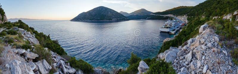 De zomerkustlijn van de avond met vrachtschip (Ston, Kroatië) en FA royalty-vrije stock afbeeldingen