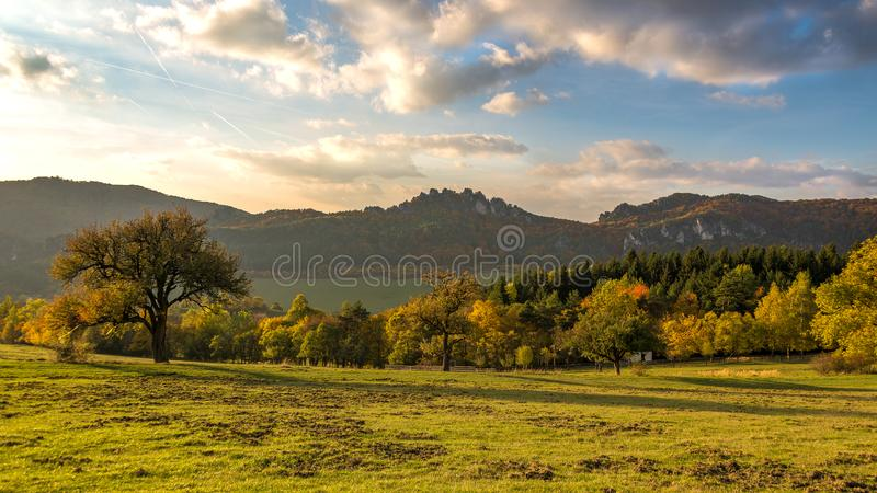 Het panorama van de de herfstzonsondergang van de Sulov-rotsen en de aard, Slowakije stock fotografie