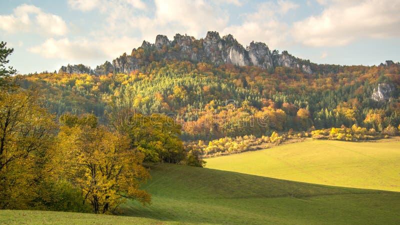 Het panorama van de de herfstzonsondergang van de Sulov-rotsen en de aard, Slowakije stock foto's