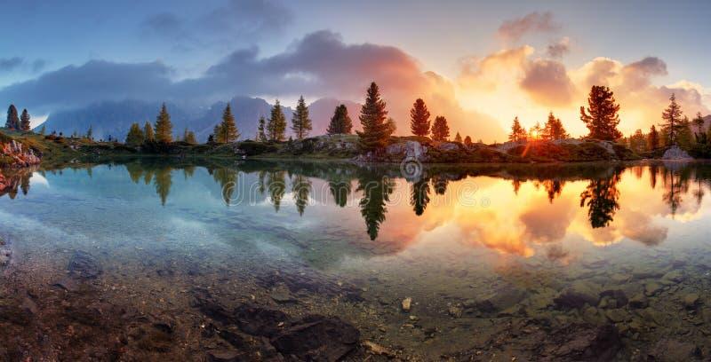 Het panorama van de het meerzonsondergang van bergalpen in Dolomiet royalty-vrije stock foto