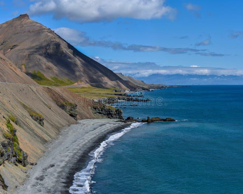 Het panorama van de kustlijn in Oostelijk IJsland zoals die van Illiskuti wordt gezien richt Fauskasandur-op strand en Styrmisnes royalty-vrije stock foto