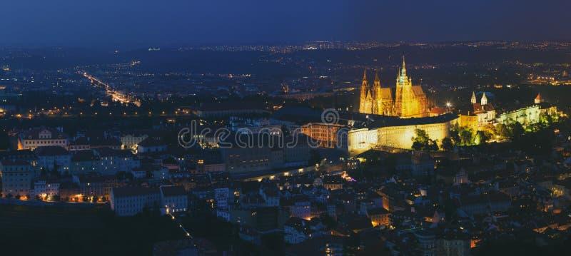 Het panorama van de nacht van Praag, Tsjechische Republiek Kasteel, St Vitus Cathedral royalty-vrije stock foto's
