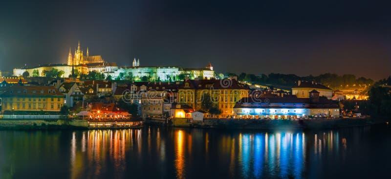 Het panorama van de nacht van Praag, Tsjechische Republiek Kasteel stock afbeeldingen